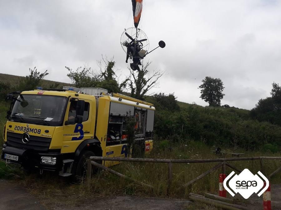 Rescatan a un parapentista enganchado en unos cables en Carreño