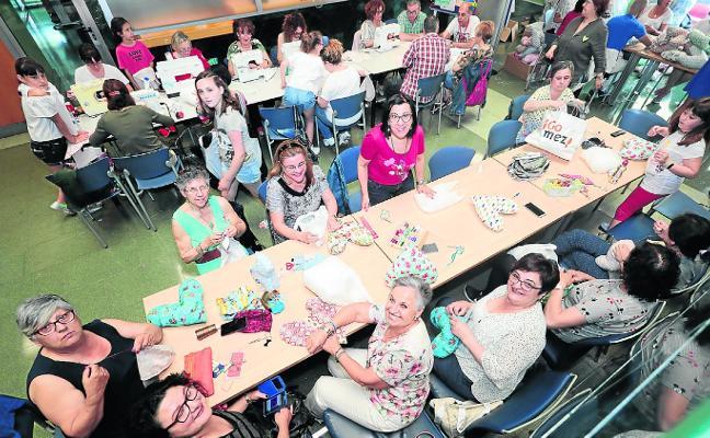 180 voluntarios cosen cojines para aliviar el cáncer de mama