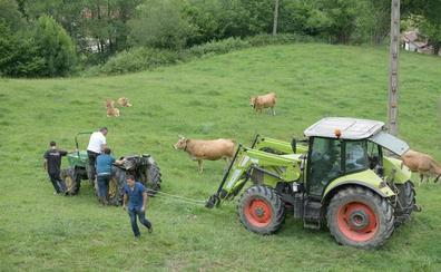Fallece un hombre de 77 años tras volcar su tractor en Grado