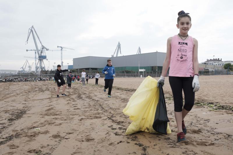 Los escolares asumen la limpieza de la playa de El Arbeyal