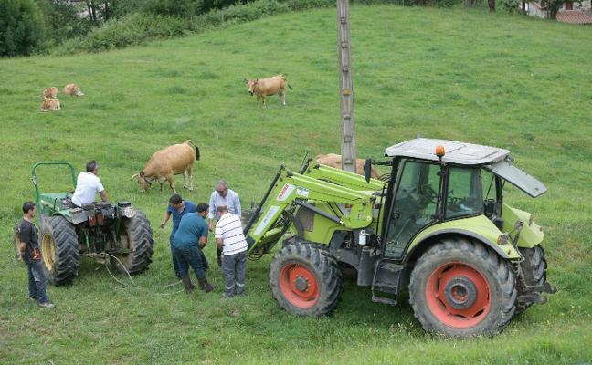 Un ganadero de Grado, tercera víctima mortal en un mes en Asturias por el vuelco de un tractor