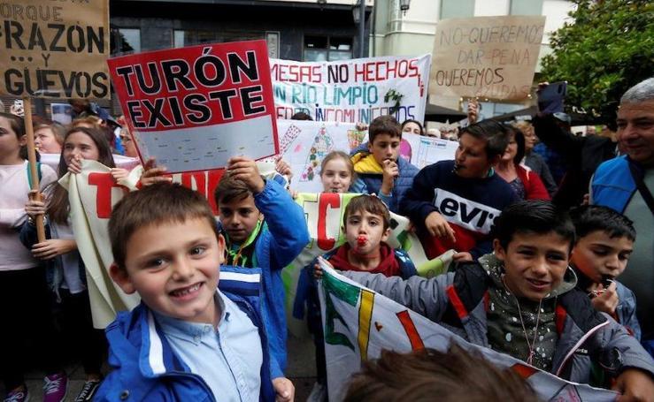 Vecinos de Turón protestan ante la Junta exigiendo inversiones