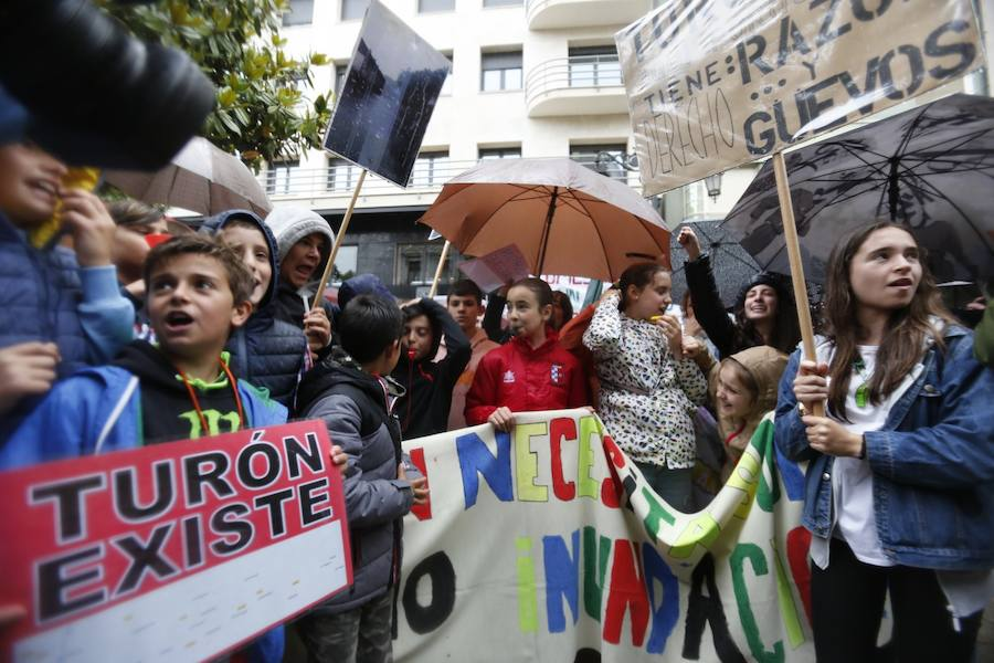 Más de medio millar de vecinos de Turón protestan ante la Junta exigiendo inversiones