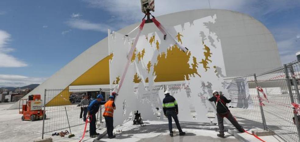 Avilés instala una escultura de Juan Genovés en la plaza del Niemeyer