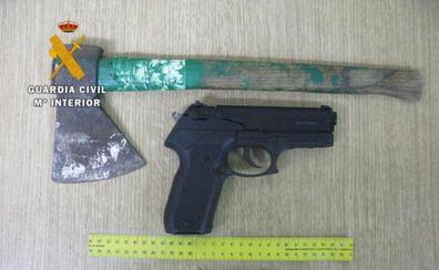 Detenido en Grado por amenazar a un vecino con un hacha y una pistola de aire comprimido