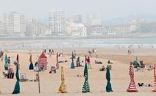 Gijón activa un plan para anticiparse a los vertidos en la playa