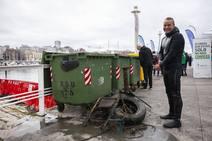 Un equipo de buzos profesionales extrae kilos de basura del fondo del Puerto Deportivo de Gijón