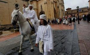 El Heraldo de la Balesquida recibe el permiso del alcalde de Oviedo para celebrar el Martes de Campo