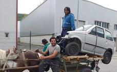 VÍDEO | Un caballo y un carro para transportar un coche en Langreo