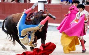 El torero Román sufre una tremenda cornada