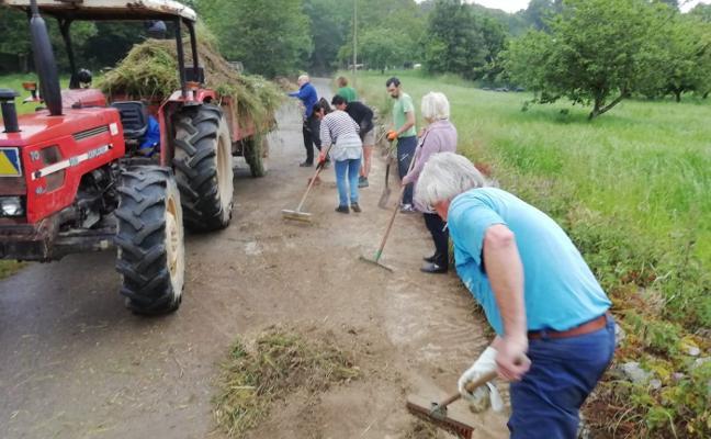 Los vecinos de Lledías se unen para adecentar sus caminos antes del verano