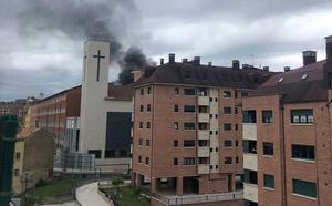 El incendio en un depósito de gasoil causa en densa humareda negra en Oviedo