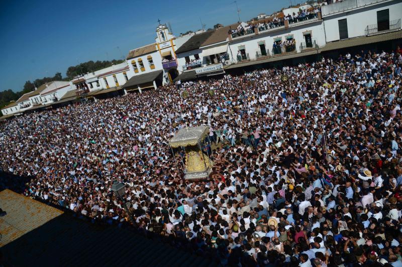 El Rocío: multitudinaria procesión de diez horas