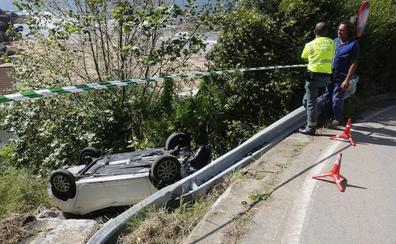 Dos heridas al volcar un coche por una ladera en la bajada a la playa de La Ñora