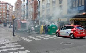 En incendio en un contenedor de Gijón provoca una densa humareda