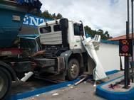 Un camión se empotra en una gasolinera en Llanes