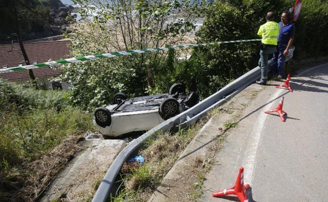 Dos heridas al rodar su coche por una ladera en la bajada a la playa de La Ñora