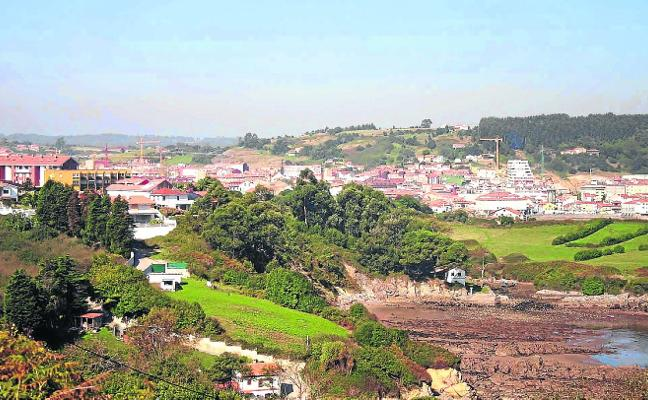 Las casas de Los Laureles de Luanco vierten las aguas negras en varias zonas del Aramar