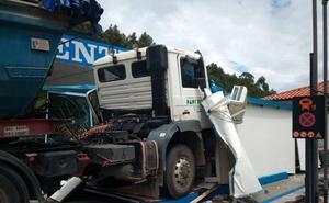 Un camión sin frenos se empotra contra una gasolinera en Llanes