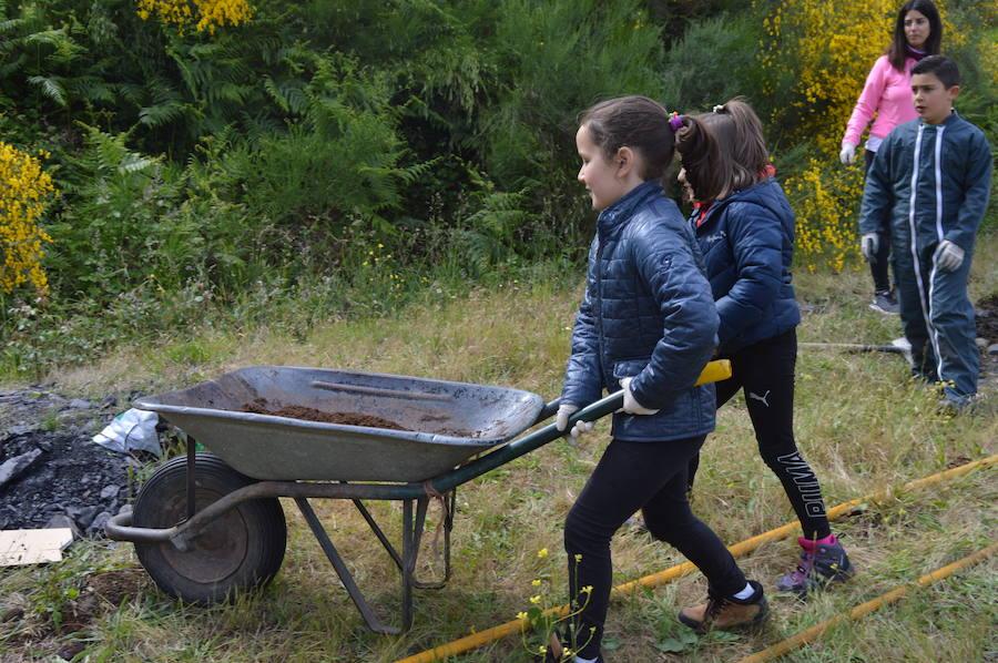Los alumnos del CRA Río Cibea dan vida a la escombrera de la mina de Carballo