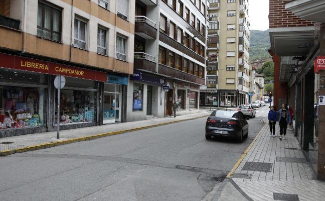 Bronca de tráfico en El Entrego: «Le di una patadina pequeñina en la pierna para que se apartase»