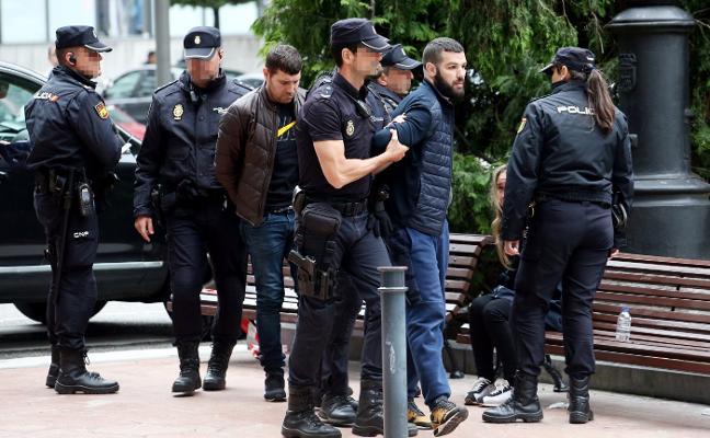 La Policía Nacional detiene frente a las Salesas a tres ladrones de supermercados