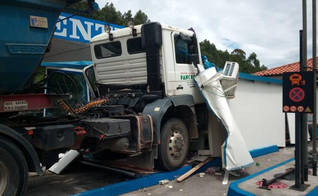 Un camión sin frenos se empotra contra una gasolinera en Posada de Llanes