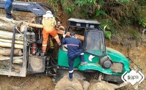 Herido tras caerle un árbol encima y quedar atrapado en una autocargadora en Pravia