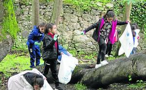 Los niños reciclan en La Cebera