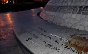 Pintan el monumento dedicado al niño Gabriel Cruz: «Maltrata al varón, sea niño o hombre»