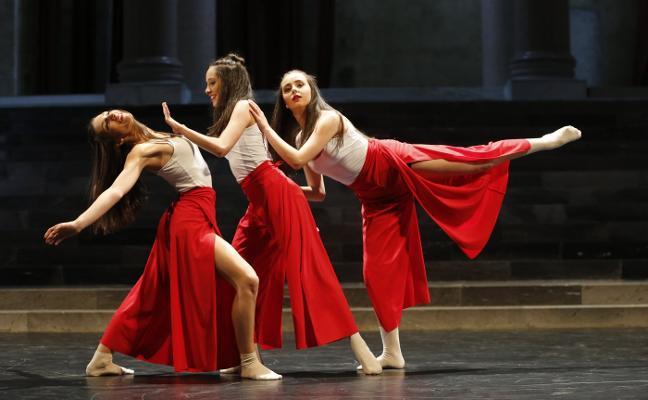 Tarde de danza en la iglesia de la Laboral con coreografías de alumnos