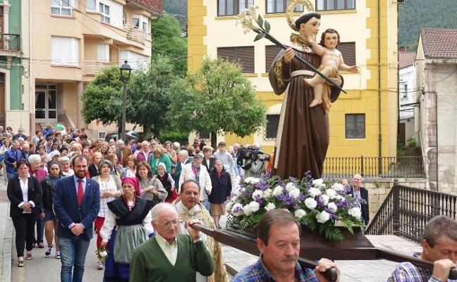 Alfombras florales y derroche de asturianía en Infiesto