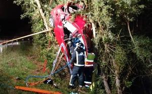 Una mujer resulta herida de gravedad tras salirse de la vía y chocar contra un árbol en Siero