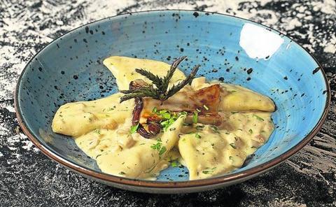 Panzerottis rellenos de espinaca y ricota con salsa de boletus