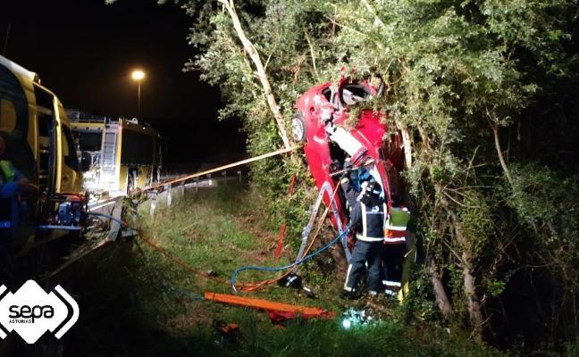 Excarcelan a una conductora tras chocar contra un árbol en Siero