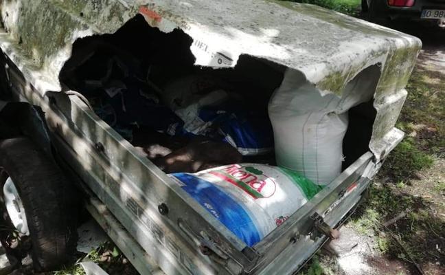 Osos en busca de comida vuelcan y destrozan un remolque con 120 kilos de pienso en Somiedo