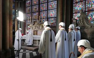 Curas con casco: Notre Dame celebra su primera misa tras el incendio