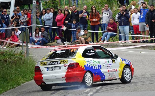 Los coches de Rally toman las curvas de la comarca