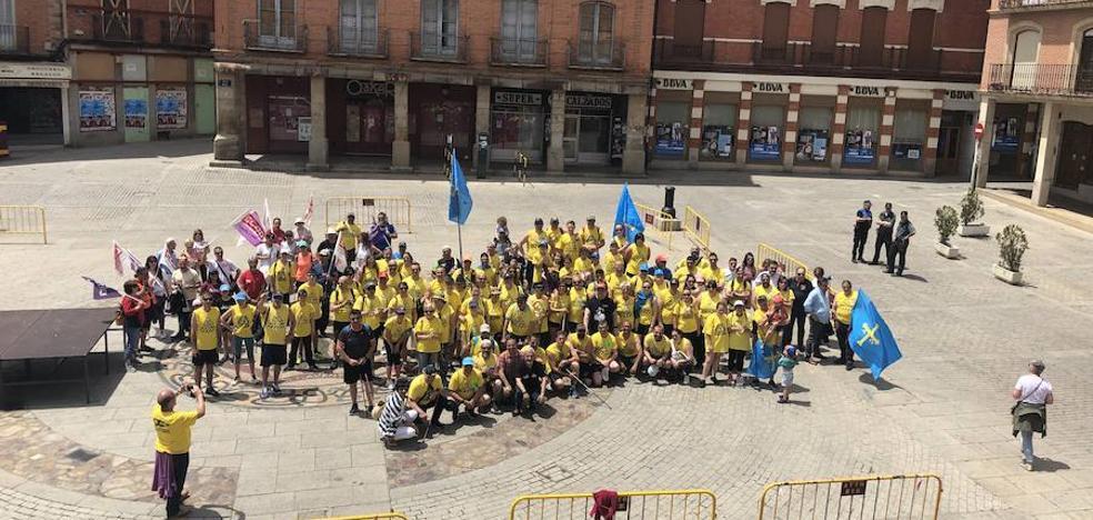 Calor familiar y climatológico en la cuarta etapa de la 'Marcha del Aluminio' de los trabajadores de Alcoa
