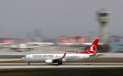 Pasajeros detienen a un hombre que corría hacia la cabina del piloto en un vuelo