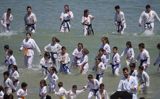 La playa de Barro acoge con expectación una exhibición de kárate