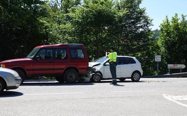 Dos coches colisionan en el desvío de Sobrepiedra, en la N-625