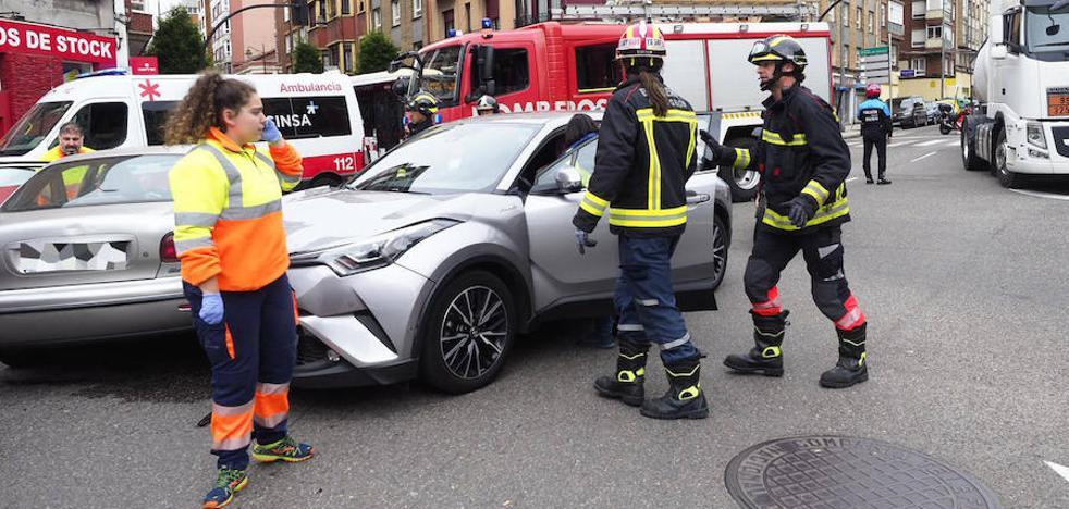 Dos heridos al chocar dos turismos en Gijón