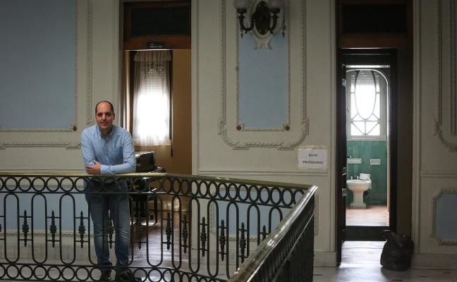 El director del Julián Orbón no puede seguir en comisión de servicios