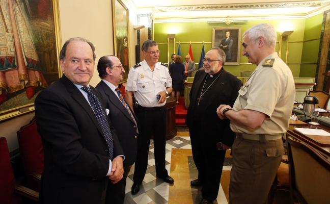 El nuevo equipo de gobierno de Oviedo recupera la tradición de las fresas del Corpus