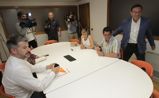 PSOE y Ciudadanos rebajan la tensión en los primeros contactos para formar la Junta