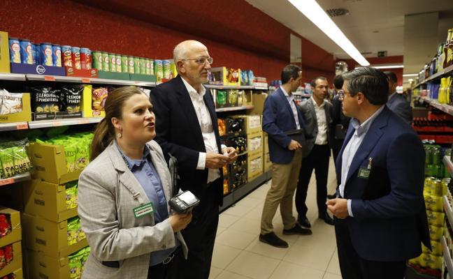 Juan Roig supervisa personalmente dos tiendas de Mercadona en Gijón y Corvera