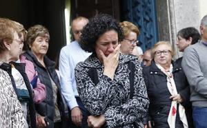 Familiares y amigos de David Carragal, sobrecogidos en el funeral celebrado en Cudillero