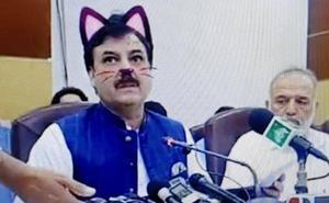 Un ministro pakistaní aparece con orejas de gato en una retransmisión en Facebook Live