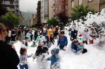 Aguas y espuma para festejar San Juan en Mieres